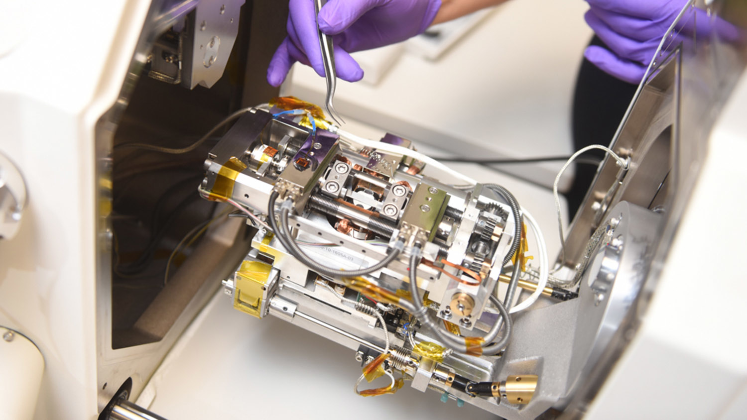 photo of an in situ scanning electron microscopy heating and loading device.